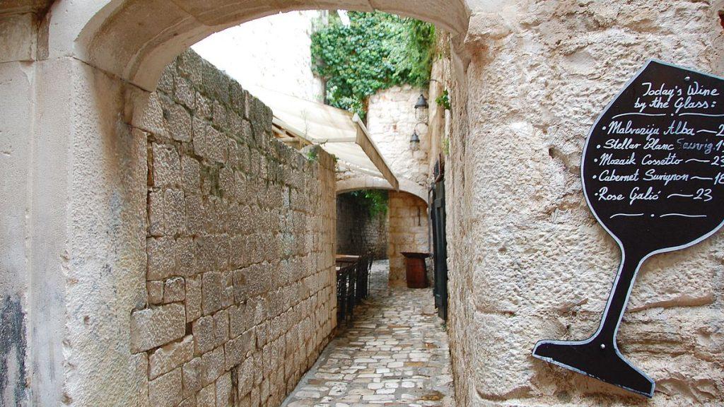 Vinprovning i Trogir i Kroatien