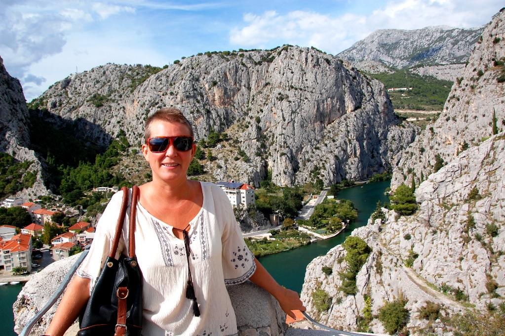Helena i staden Omis på Makarska rivieran, Kroatien