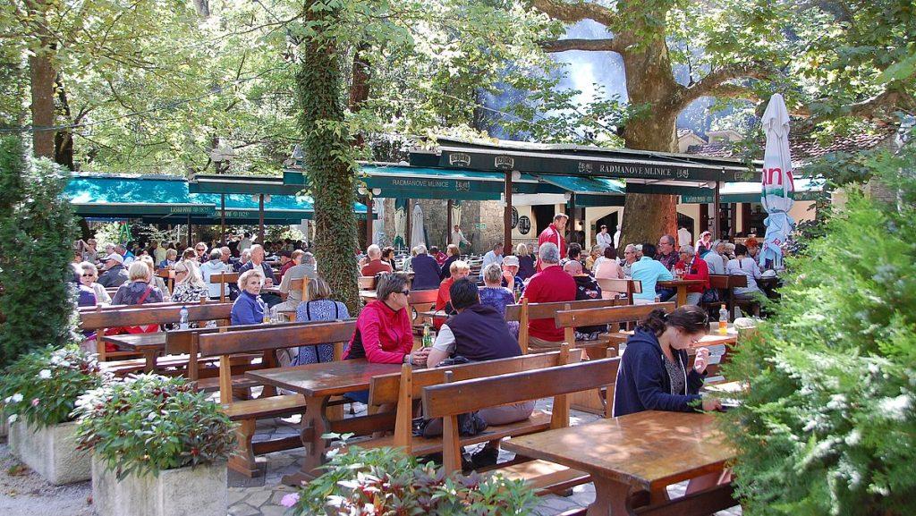 Restaurang vid floden cetina