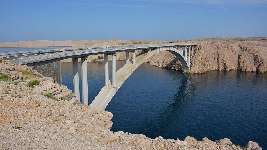 Bron till ön Pag i Kroatien