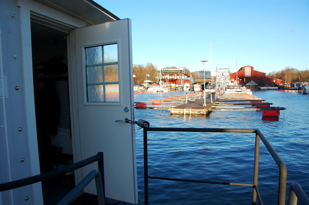 Till slut får vi gå in i vår husbåt...