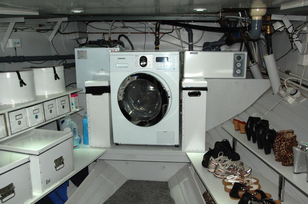 I det före detta maskinrummet finns nu värmepannor och pumpar, tvättmaskin och förvaring