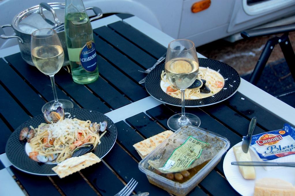 På camping i Porto Torres. Spagetti med räkor och två sorters musslor - Peters mat är bättre än restaurangens igår!