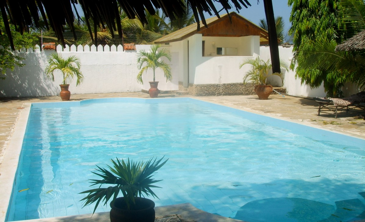 Poolen på pensionatet Le Petit Paris i Mombasa