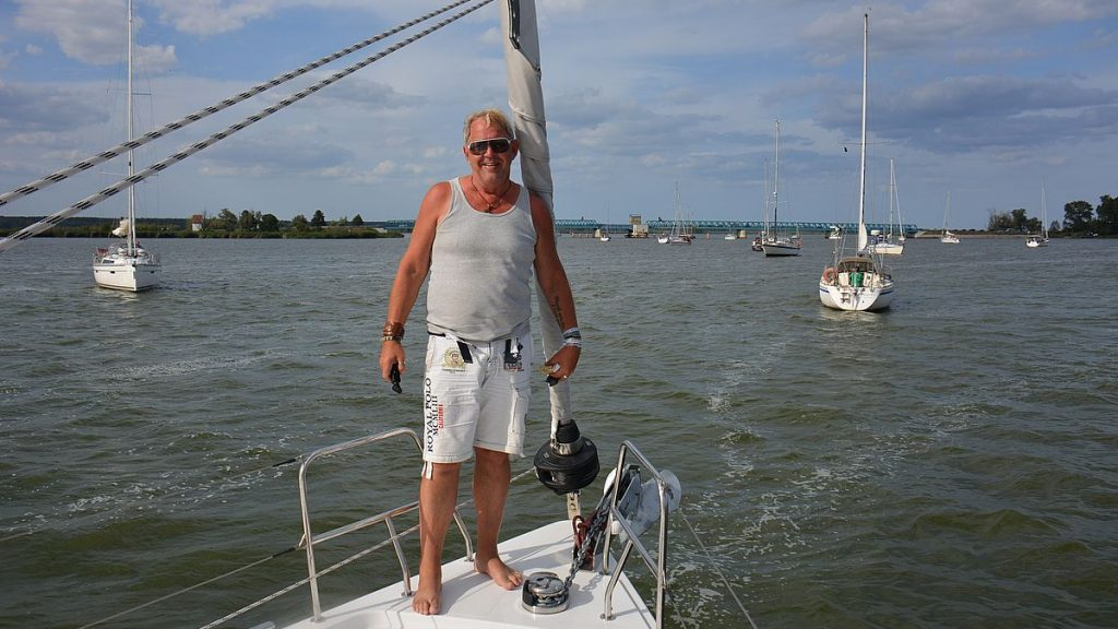 Peter på Bavaria C50