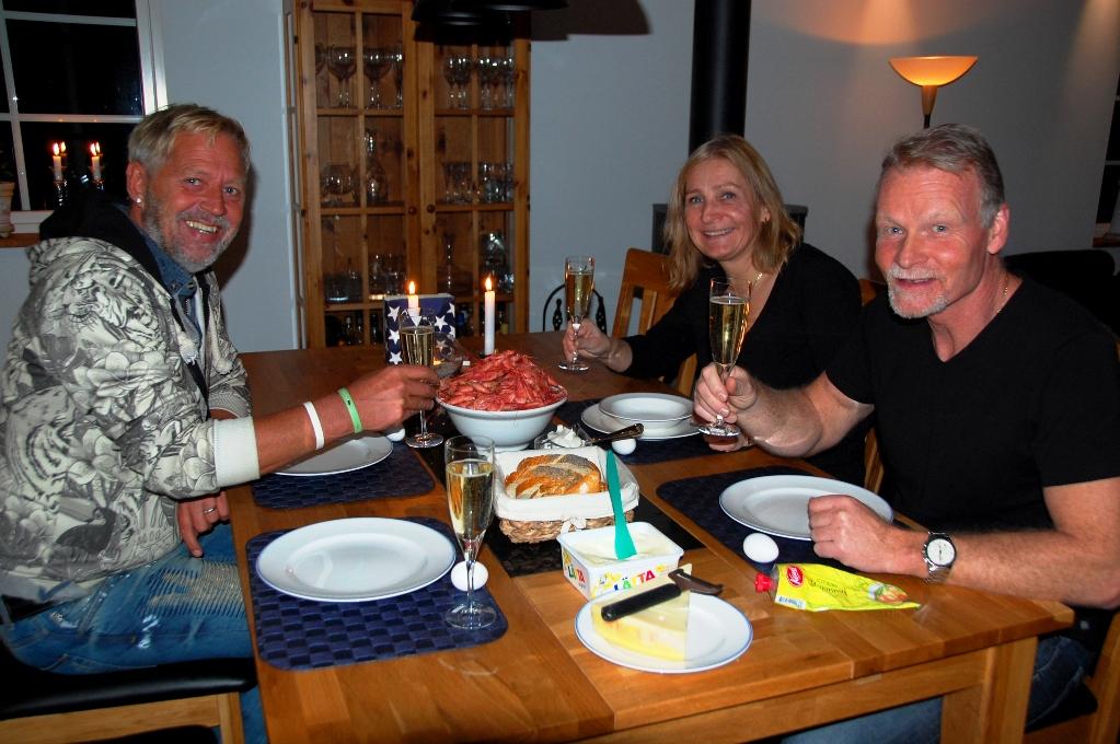 Peter, Anita och Anders är beredda att hugga in på räkorna