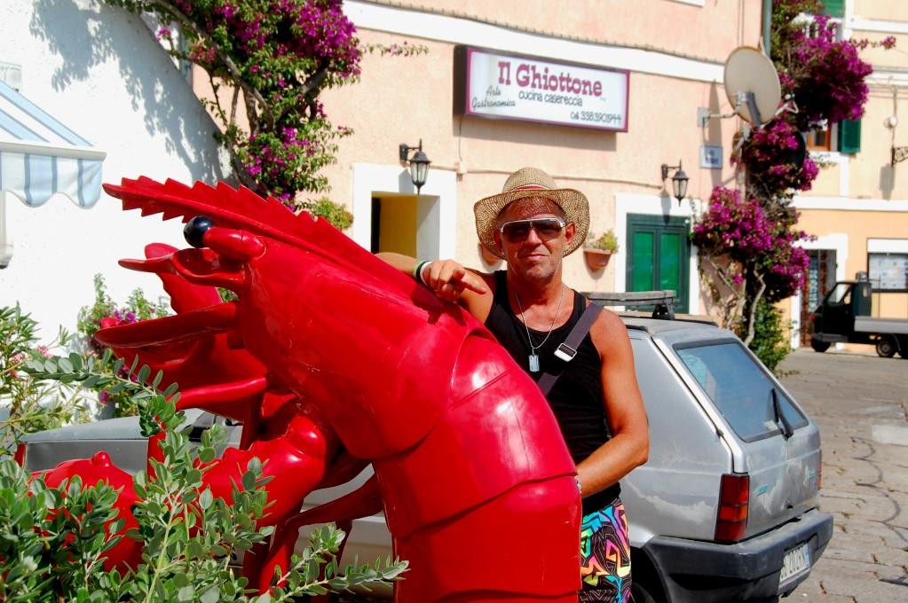 Peter utanför fiskaffären i La Maddalena
