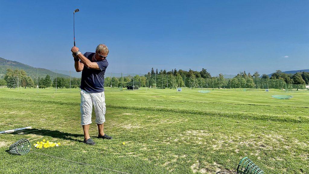 Peter spelqr golf i Tjeckien