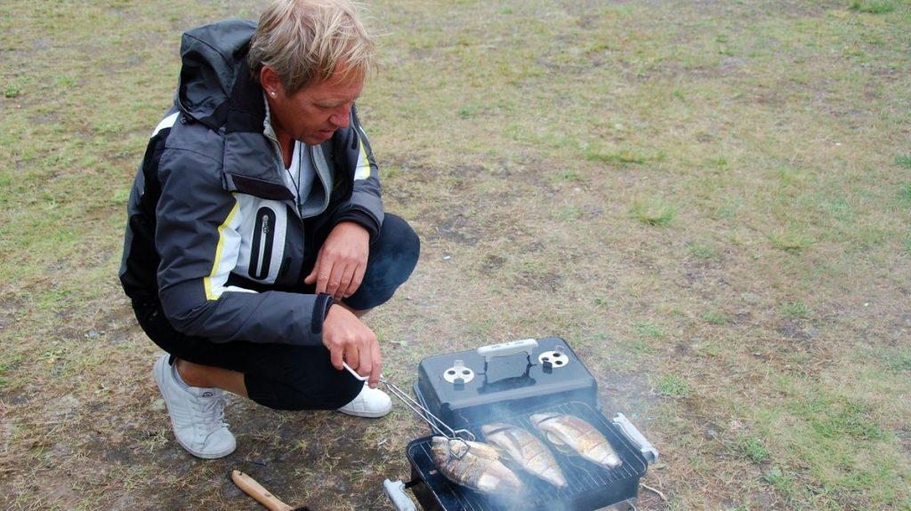 Peter grillar seabream på First Camp, Umeå