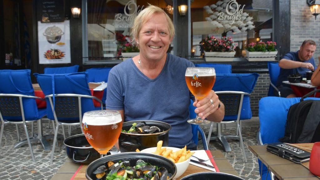 Peter med öl i Flabdern i Belgien