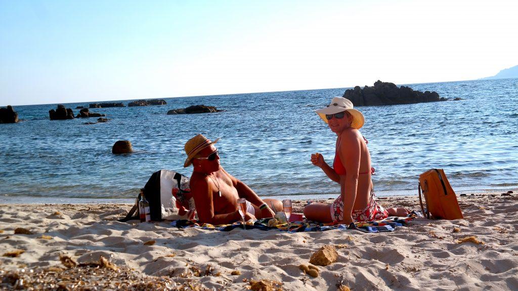 Picknick på paradisstrand på Korsika