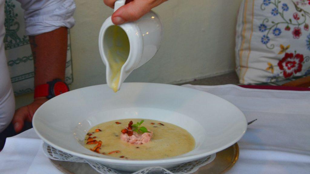 Potatissoppa med laxtartar och kantareller
