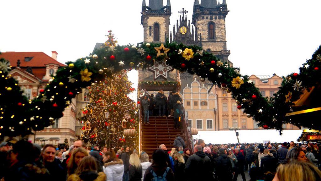 Julstämning bland alla vackra hus och kyrkor i Prag