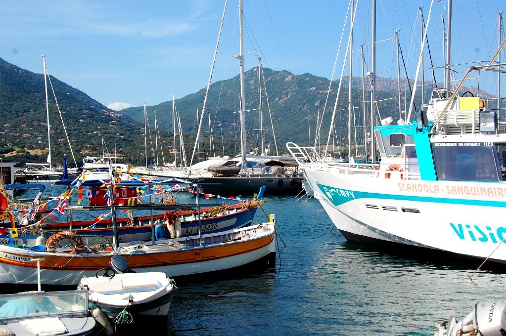 I Propriano finns en hamn med många båtar