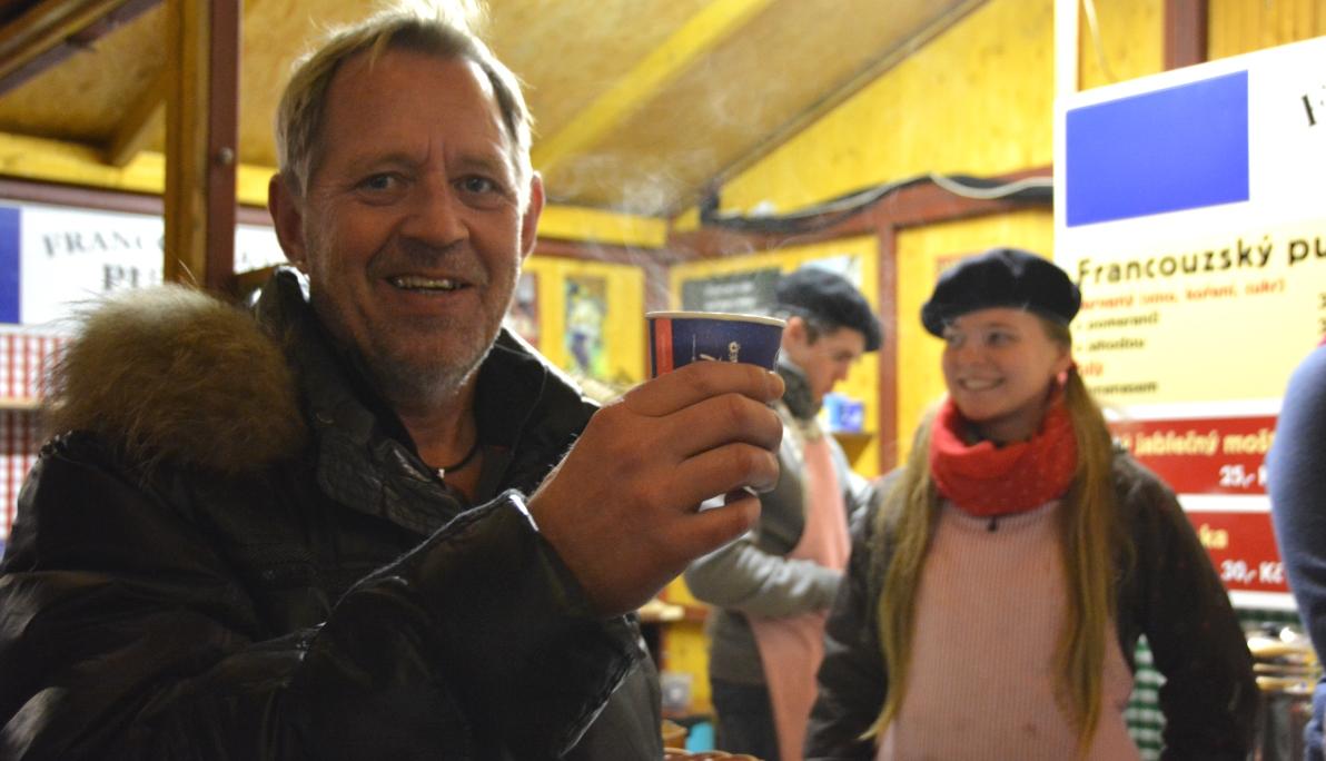 Peter provar punch på julmarknad i Tjeckien