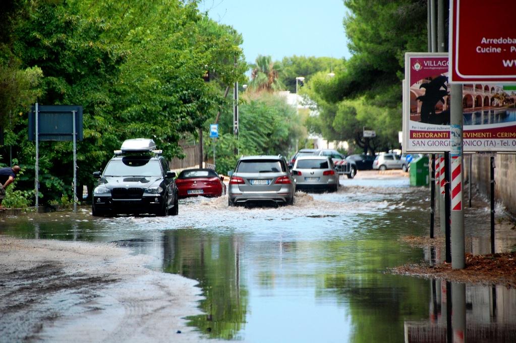 """""""Små"""" vattenpölar här och där på vägarna"""