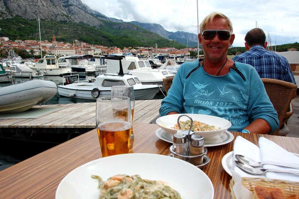 Lunch på en trevlig restaurang utan fotomeny: Varsin pasta med räkor och lax + varsin stor stark = 265 kr