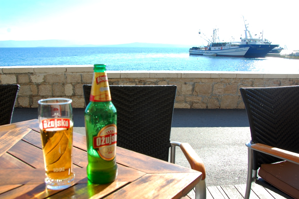 En öl i solen i Bol i november