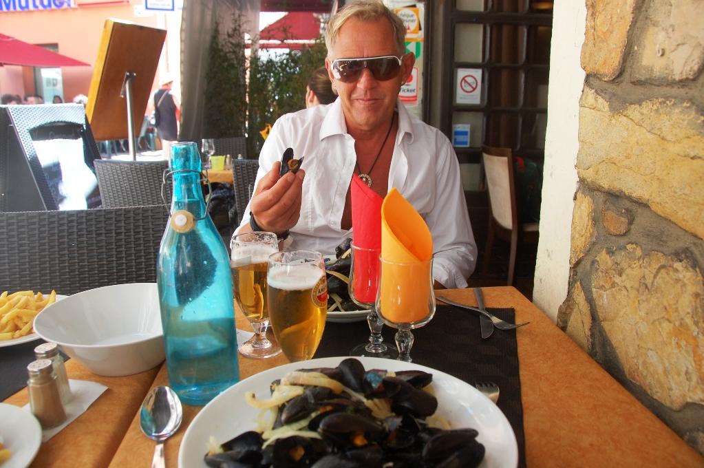 Det finns också många enklare, men mysiga restauranger. Vi fick musslor med pommes frites för 10 euro/person