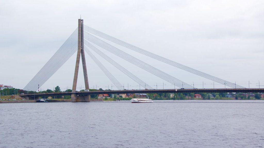 Det finns många saker att göra i Riga - varför inte ta en båttur på floden?