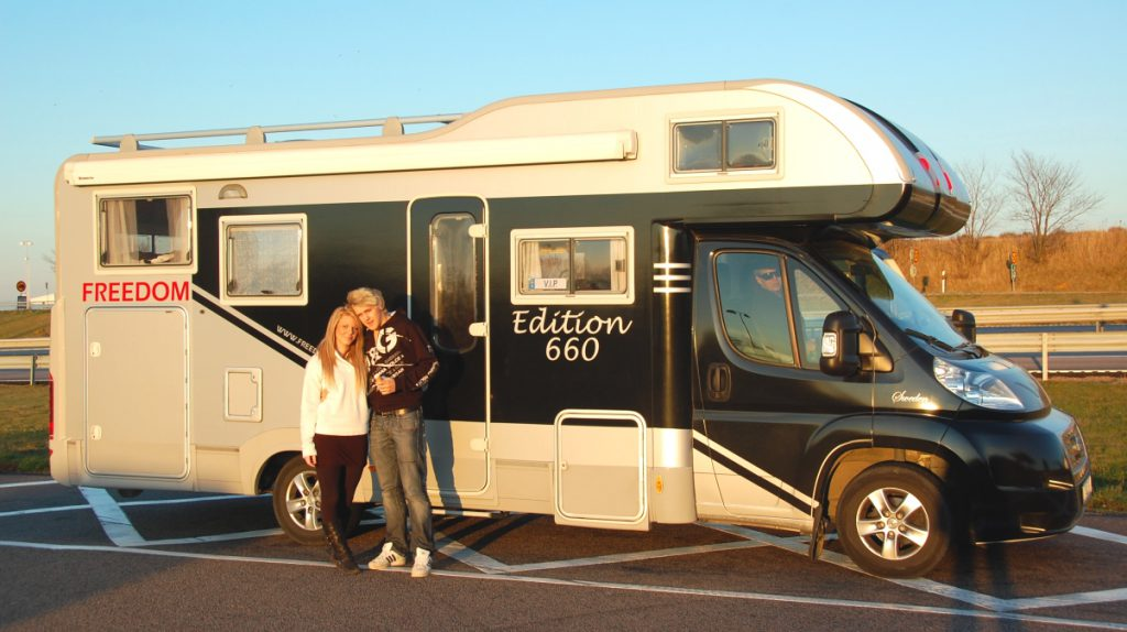 Robin och Alexandra utanför husbilen