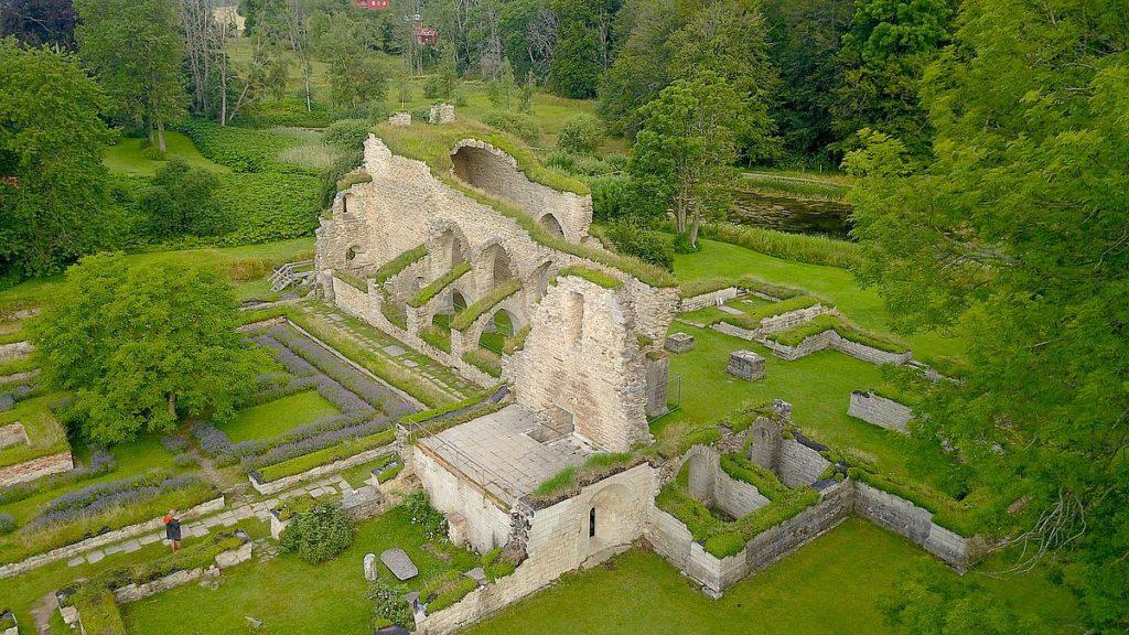 Alvastra klosterruin - och rökstenen i Rök