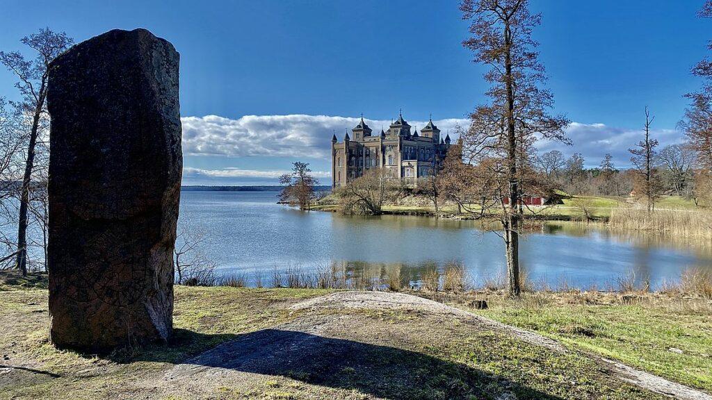 Runsten vid Stora Sundby slott