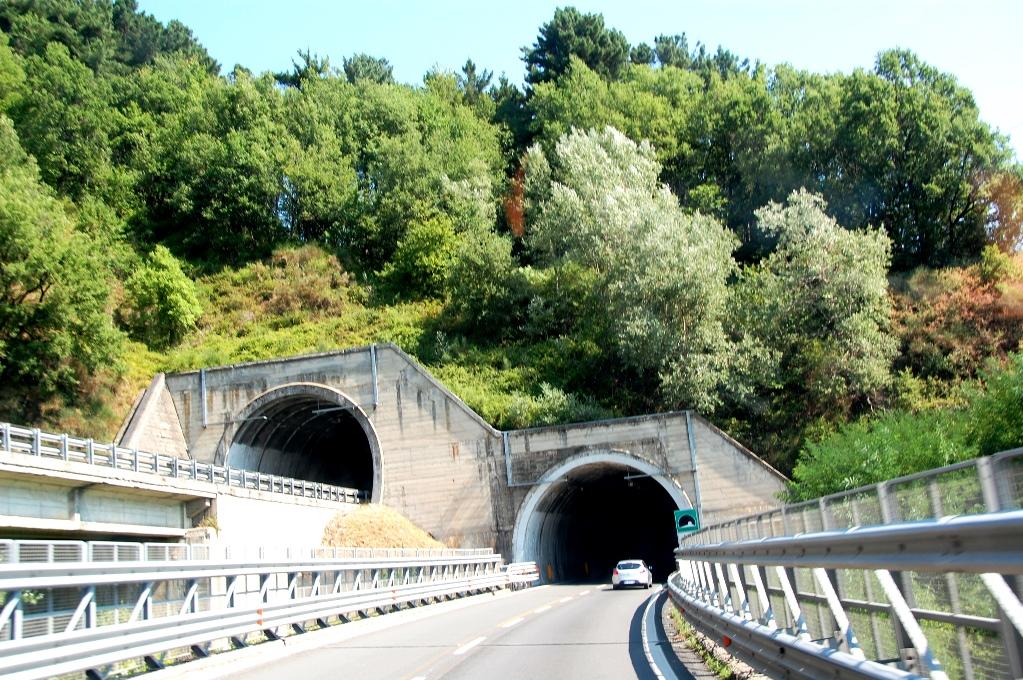 Tunnlar och åter tunnlar när man kör motorväg på Kalabrien