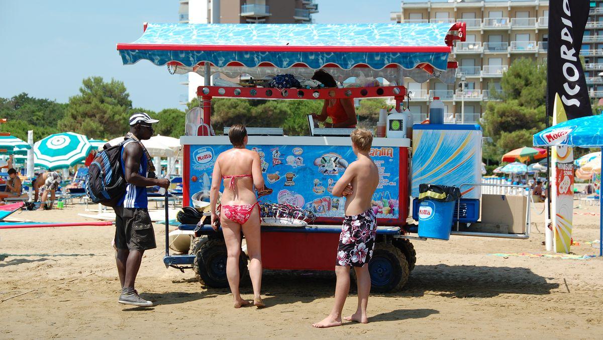 Vid en glasskiosk på den italienska playan