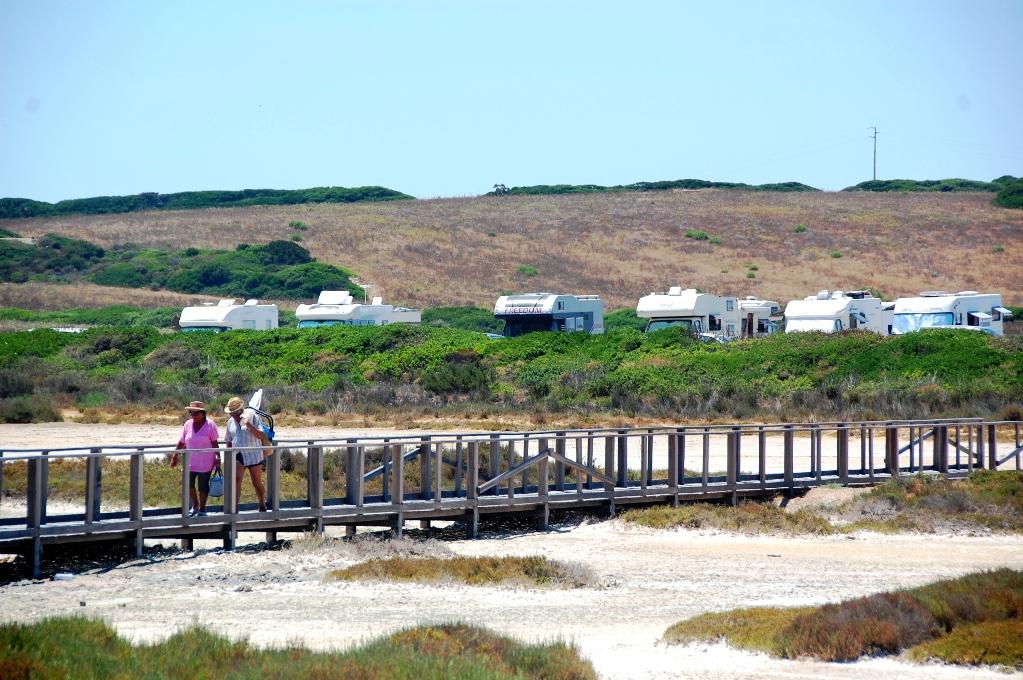 Vi står vid stranden tillsammans med ett gäng andra husbilar