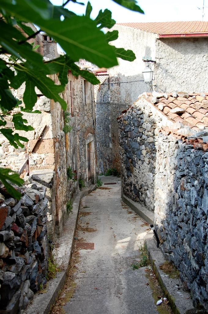 """Enligt våra värdar var vi """"troligtvis de första turisterna i byn någonsin""""- självklart dokumenterade vi de charmiga gamla gränderna!"""