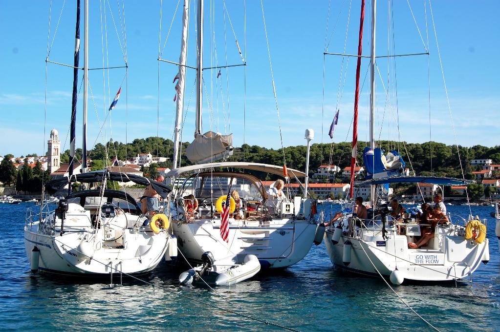 Febril aktivitet på segelbåtarna i hamnen i Hvar