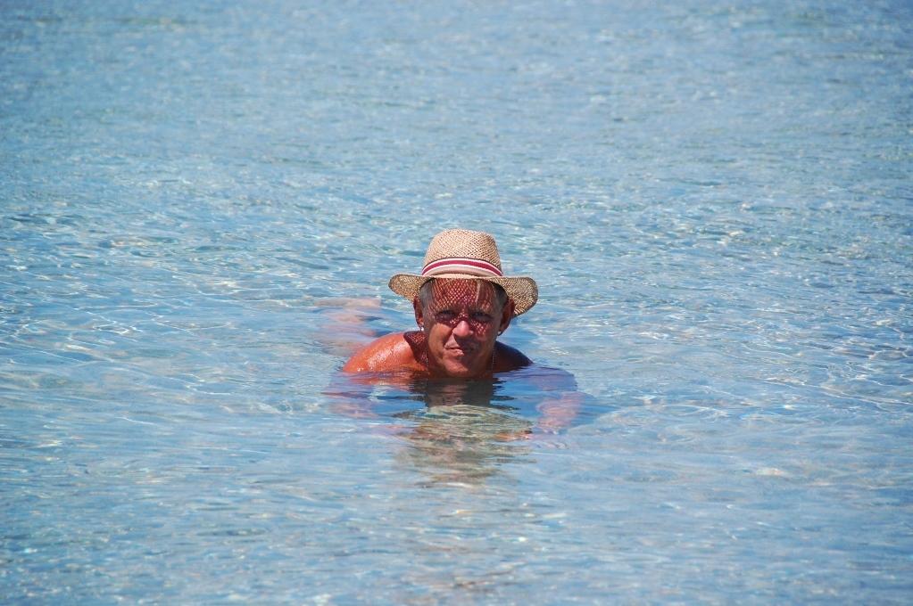 Peter tar en simtur - med (endast) hatten på...
