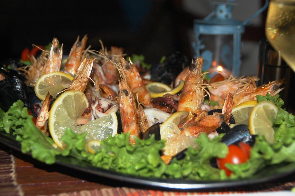 Skaldjursplatta för två med räkor, blåmusslor och bläckfisk