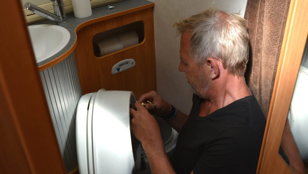 Skruva loss toalettstol husbil