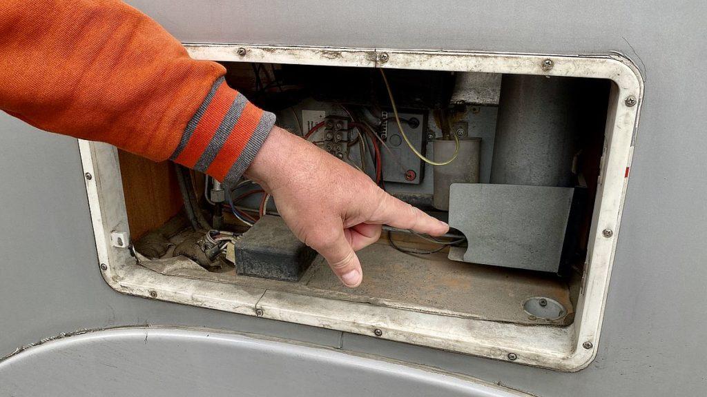 Husbilens kylskåp går inte på gasol - vi börjar med att skruva loss skyddet till brännaren