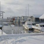 Snöoväder i Stockholm – och en lutande husbåt