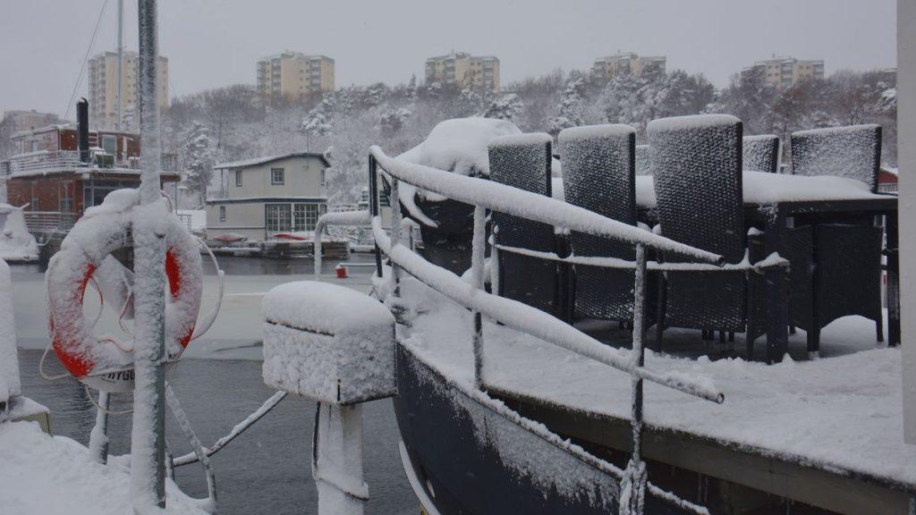 snöig husbåt