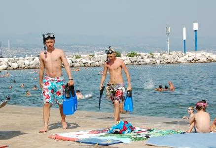 Billie och Alvari har inhandlat cyklop och simfötter och spenderat många timmar i havet.