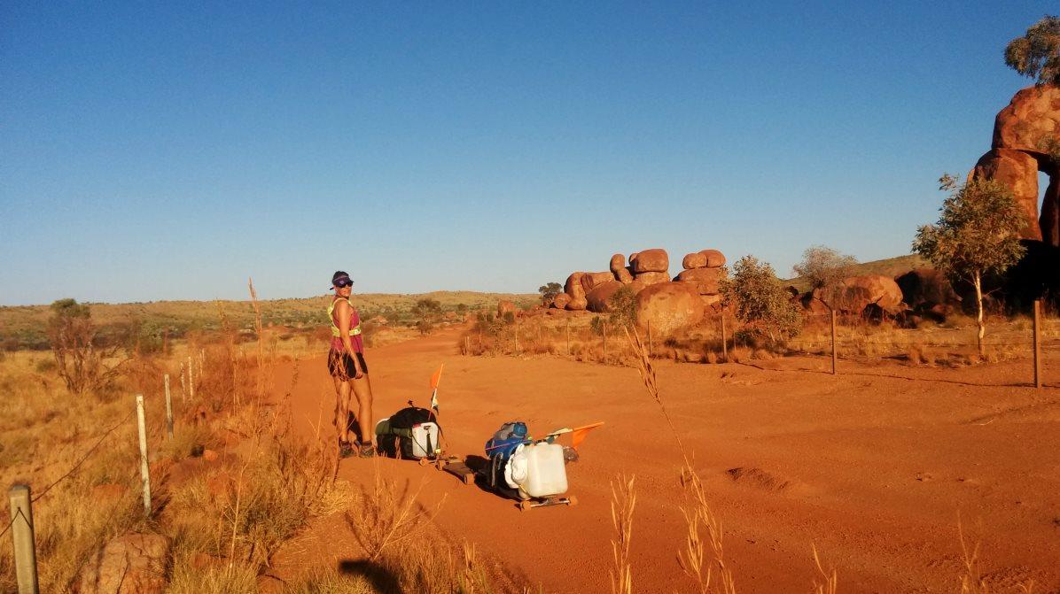 Sofia med sin bräda i Devils Marbles i Australien
