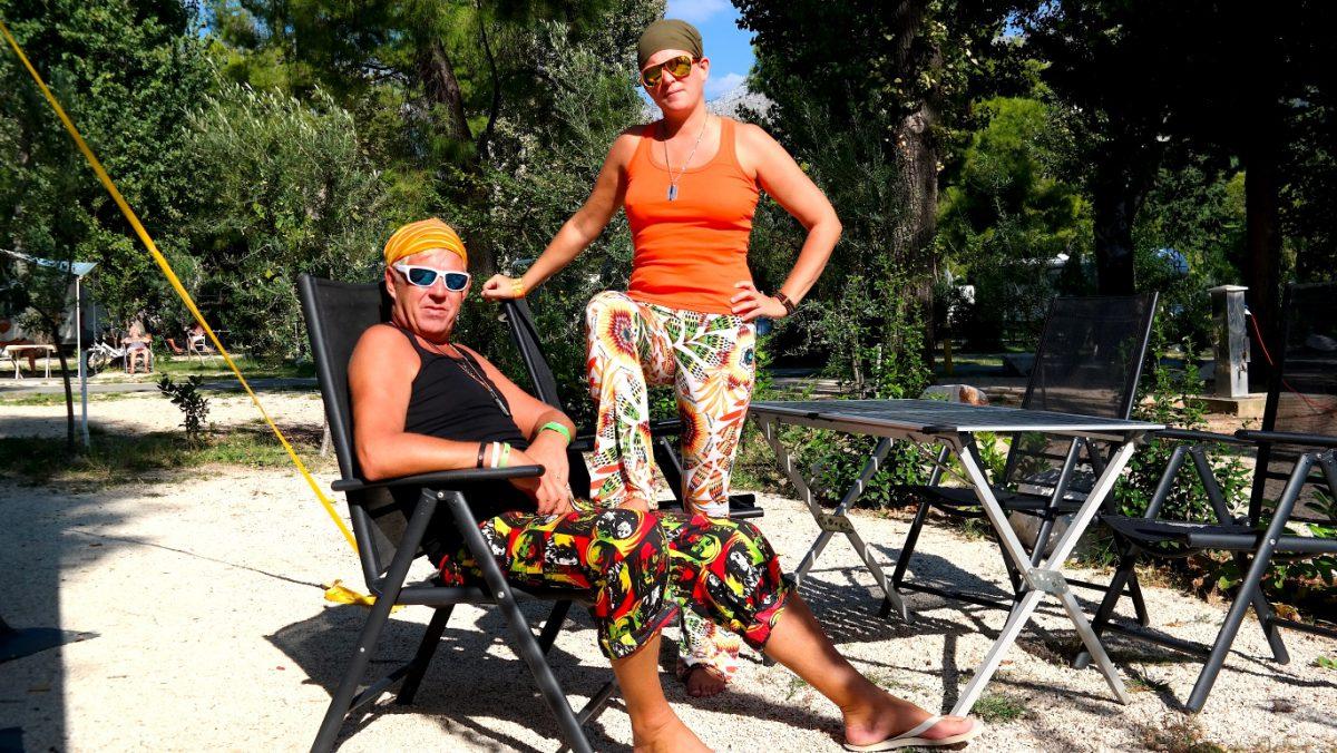 Camping med snygga solglasögon