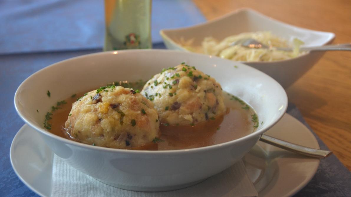 Tyrolsk soppa med knödel och vitkåssallad