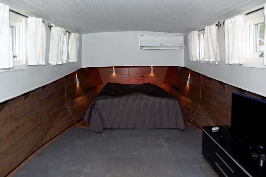 Vår säng längst fram i båtens för