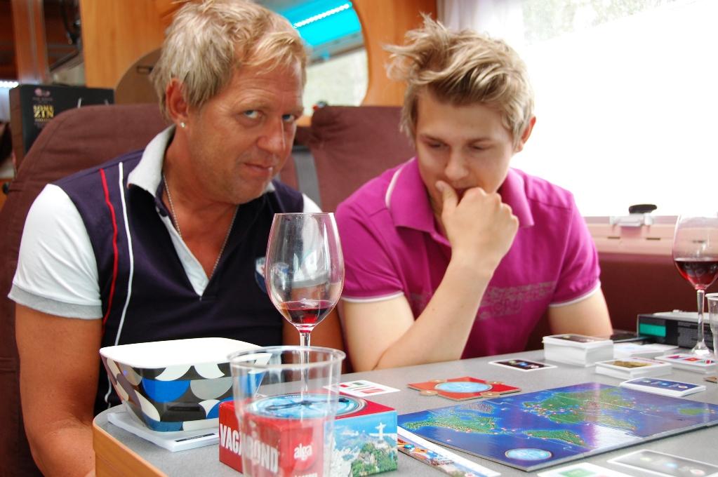 Peter och äldste sonen Robin funderar över näst drag, Polen