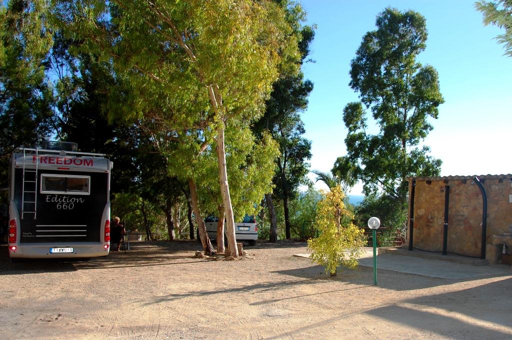 Ställplats vs camping: Ställplats vid strand på Sicilien, där vi står just nu
