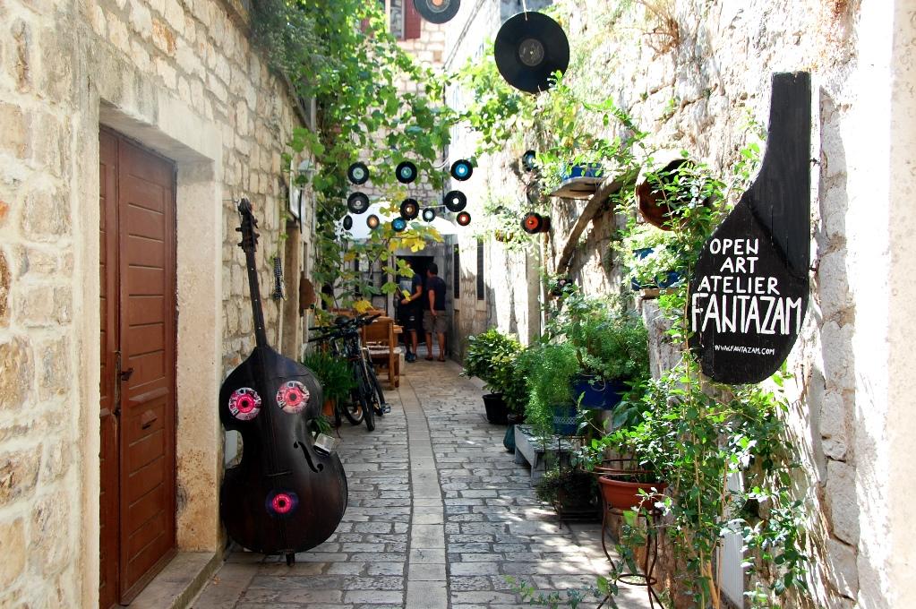 Det finns också många butiker som säljer konst, musik, hantverk och souvernirer