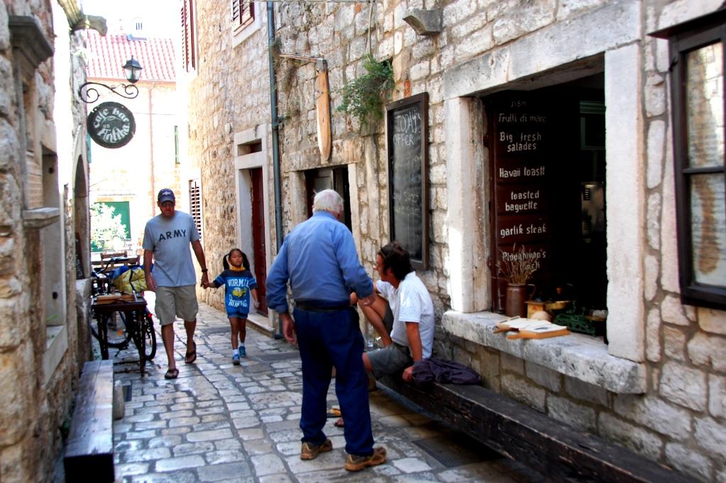 Man hittar små restauranger överallt i Stari Grad