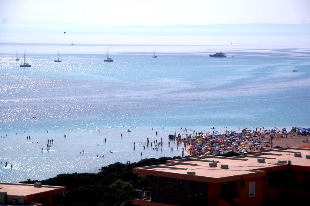 Strand norr om Stintino på Sardinien - långgrunt och trångt!