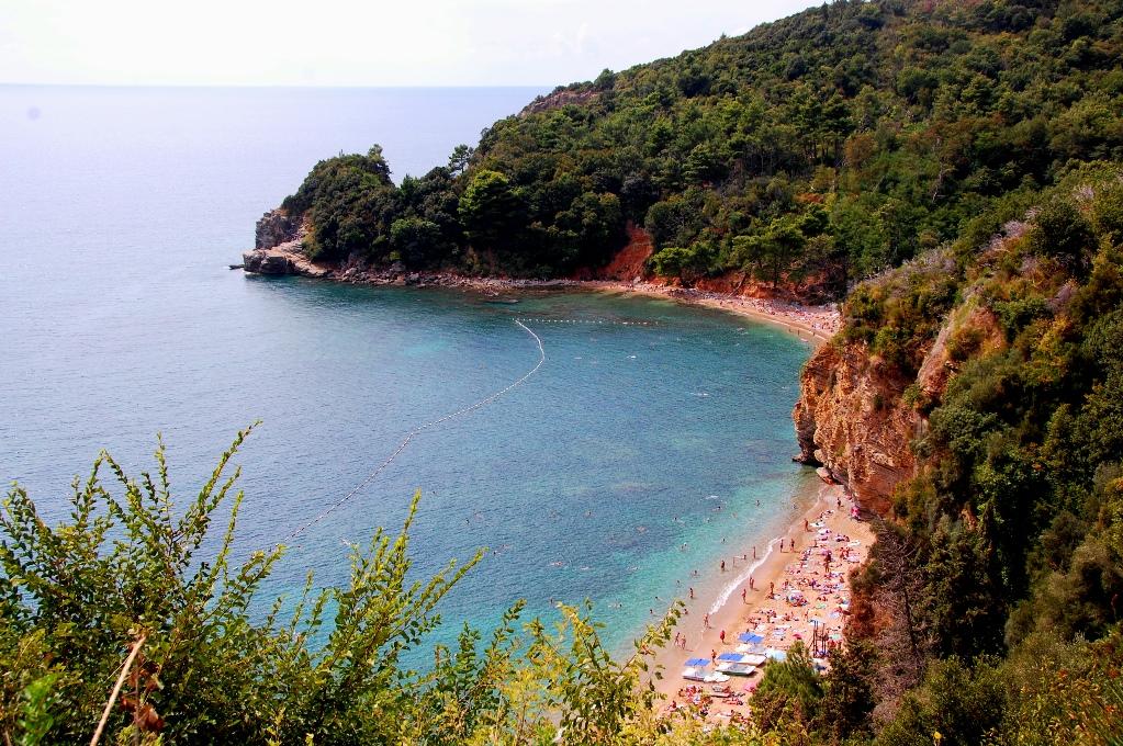 En vacker strand i Budva - vi stod ovanför och undrade hur folk kom dit!?