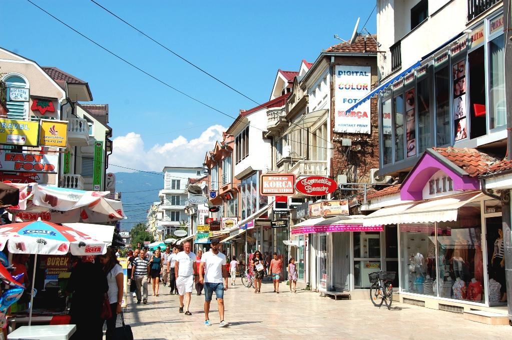 Struga är en charmig liten stad med många restauranger och några shoppinggator